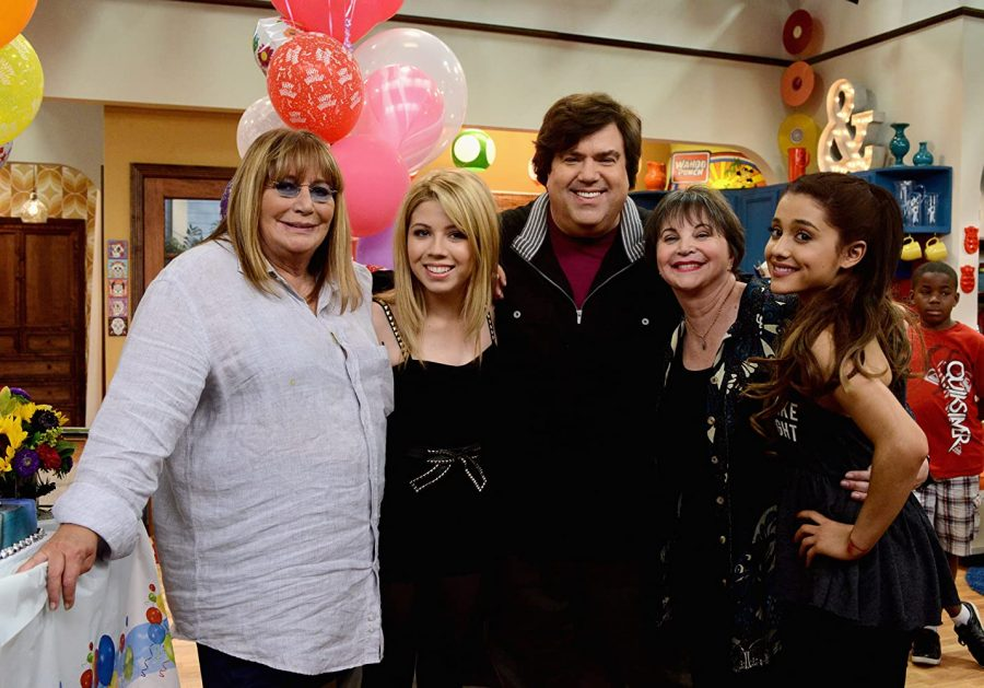 Dan Schneider poses for a photo with Penny Marshall, Cindy Williams, Ariana Grande, and iCarly actor Jennette McCurdy
