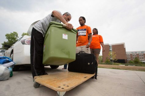 I-Guides assist a father as they help a student move into their dorm during Fall 2016.