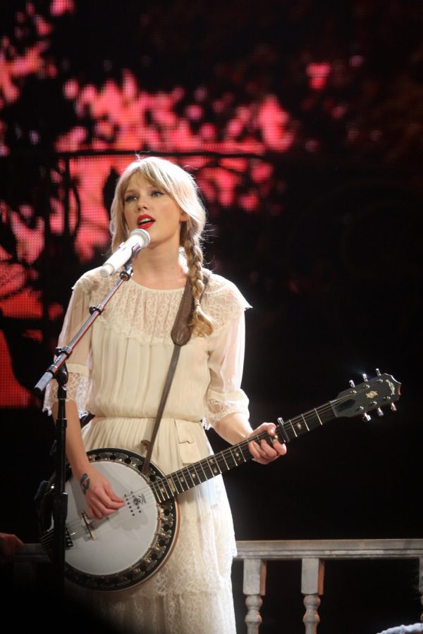 Taylor+Swift+performs+at+her+Speak+Now+tour+on+March+9%2C+2012.+Columnist+Noah+reminisces+on+Swift%E2%80%99s+country+phase+prior+to+her+transition+to+the+pop+genre.