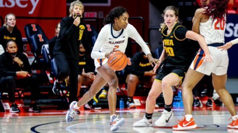 Lyric Robins dribbles the ball in Illinois' game against Iowa on Sunday.