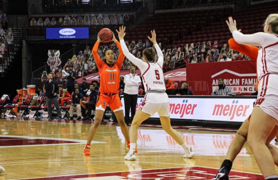 Sophomore+guard+Jada+Peebles+looks+to+pass+during+the+game+against+Wisconsin+on+Sunday.+The+Illini+will+face+off+against+Michigan+State+tonight.