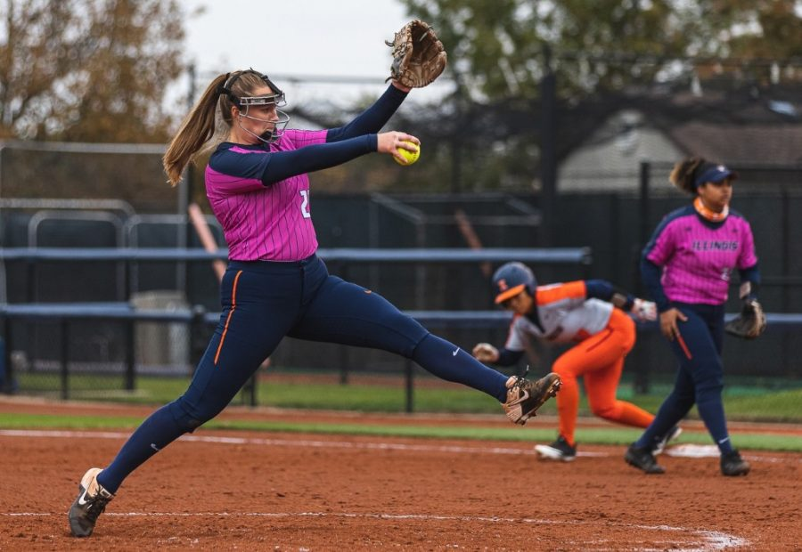Junior Sydney Sickels pitches in the Orange & Blue World Series at Eichelberger Field on Oct. 25. The Illini had a successful weekend playing against Michigan State and Penn State at the Sleepy Hollow Sports Complex in Leesburg, FL.
