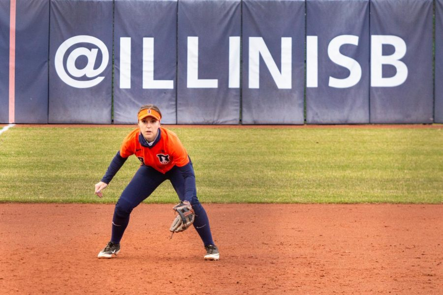 Sophomore+Delaney+Rummell+is+in+position+at+third+base+during+the+game+against+Minnesota+on+March+26.+The+Illinois+softball+team+will+travel+to+Lincoln%2C+Nebraska+for+a+four-game+series+against+the+Cornhuskers+on+Thursday.