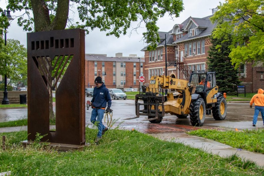 Workers start unscrewing the iconic Chabad monument on Sunday. The monument was moved to the new Chabad house.